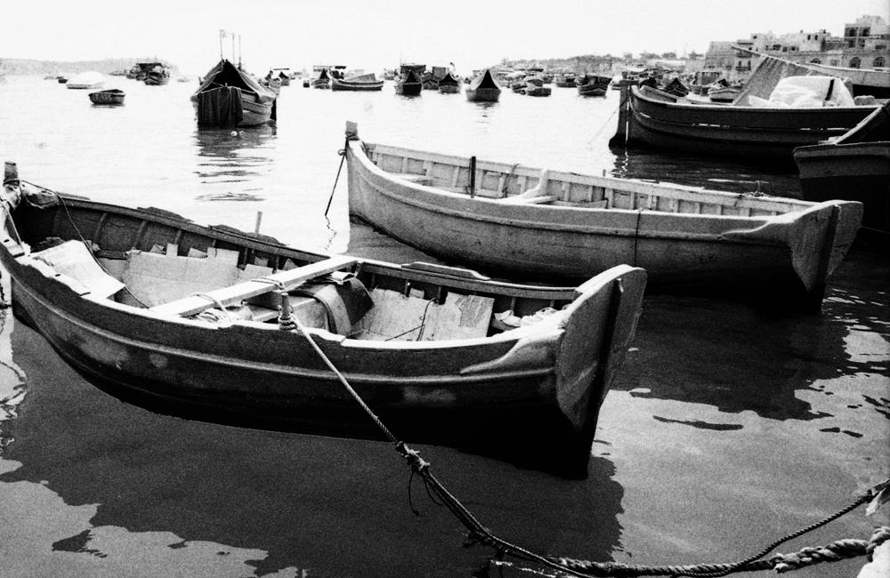 Photo noir et blanc de barques de pêcheurs, Malte