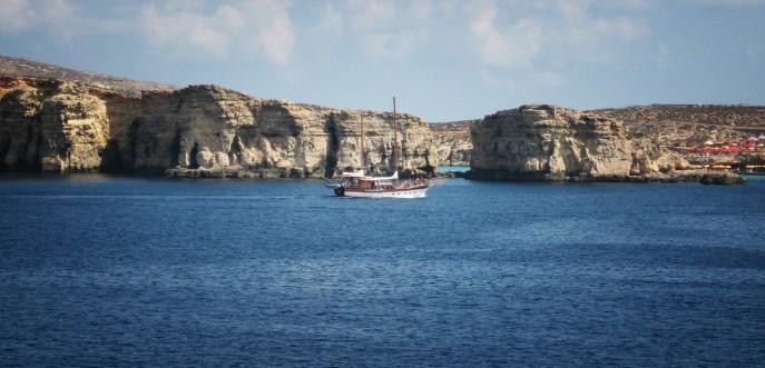 Photo couleur d'un voilier entre les îles de Gozo et Malte