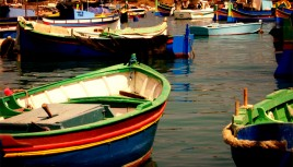 Photo de barques colorées de pêcheur à Marsaxlokk, Malte