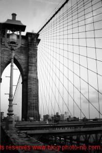Brooklyn Bridge, vue depuis le pont. Vue côté Manhattan, New-York