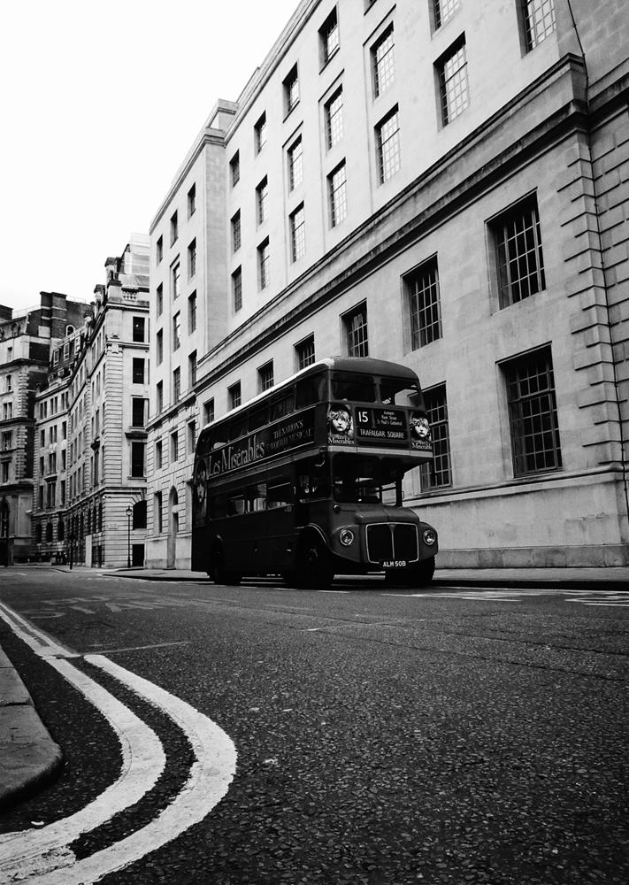 Photo noir et blanc d'un bus anglais à deux étages , Londres