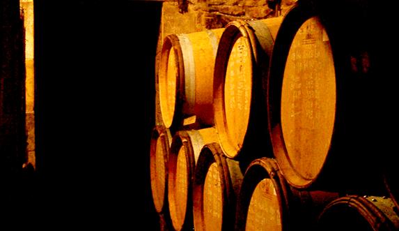 Photo couleur de tonneaux de vin dans une cave à Vergisson, Bourgogne