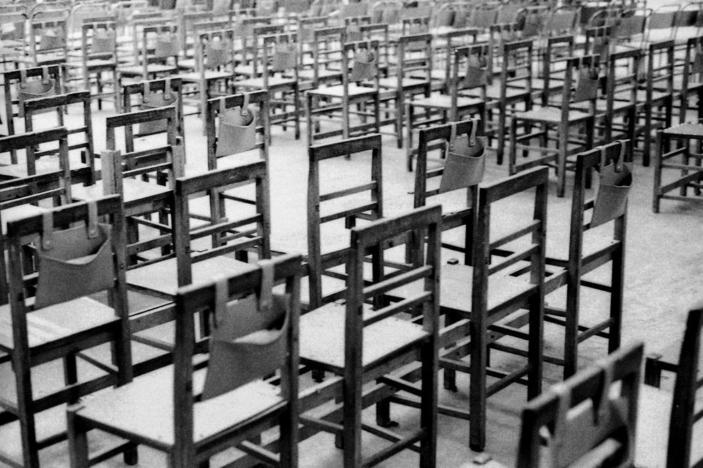 Photo noir et blanc de chaises d'église à la Valette, Malte