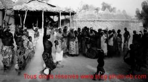 Danse folklorique des femmes et enfant dans un petit village du Cameroun - Afrique
