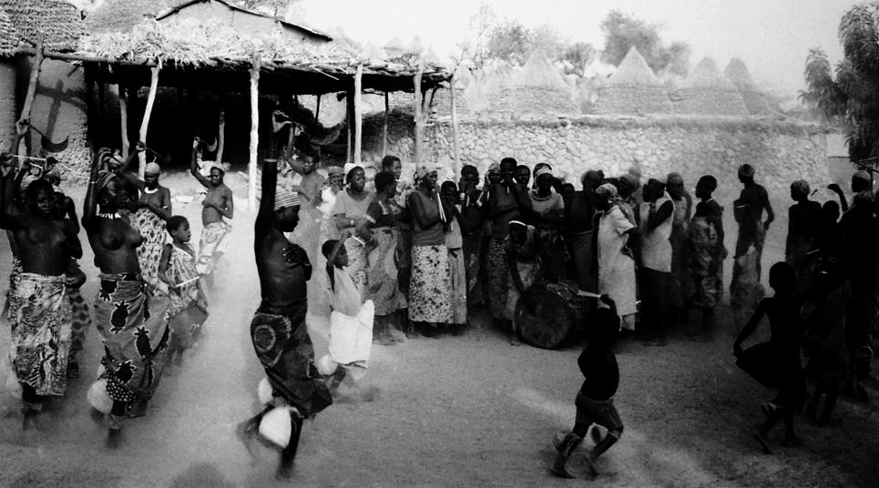 Photo noir et blanc d'une danse folklorique, Cameroun - Afrique