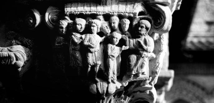 Photo noir et blanc d'un chapiteau sculpté d'une église, Sicile