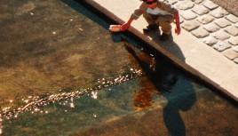 Photo couleur d'un enfant sur les quais de la Guillotière, Lyon