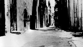 Photo noir et blanc d'une ruelle ancienne à la Valette, Malte