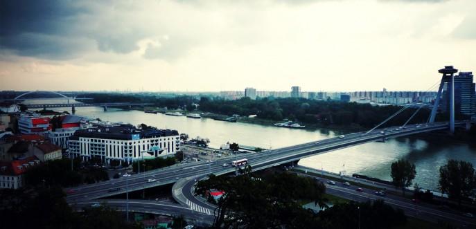 Photo couleur du Nový Most (pont neuf) à Bratislava, Slovaquie