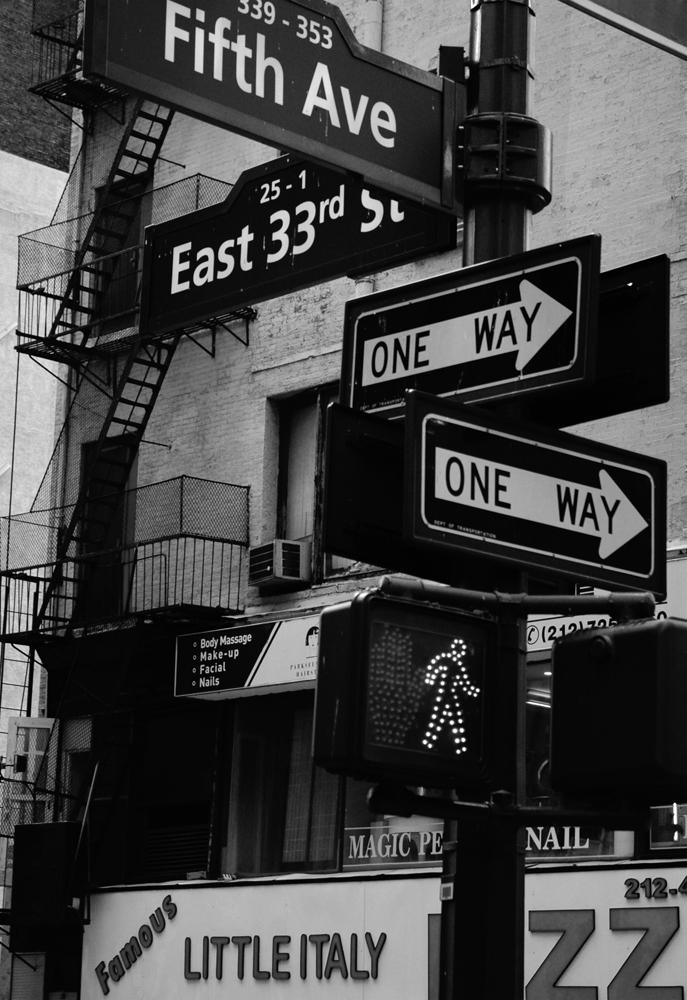 Photo noir et blanc d'un panneau de signalisation, New-York, USA