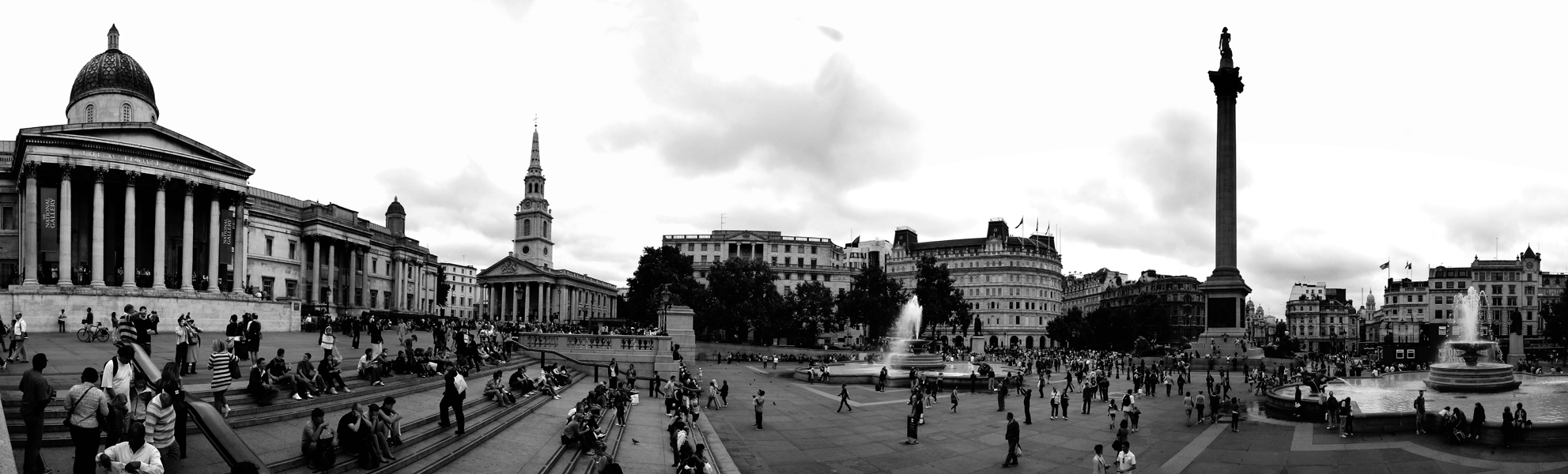 Photo noir et blanc panoramique de Trafalgar Square - Londres