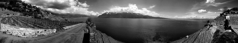 Photo noir et blanc d'une vue panoramique du lac Léman - Suisse