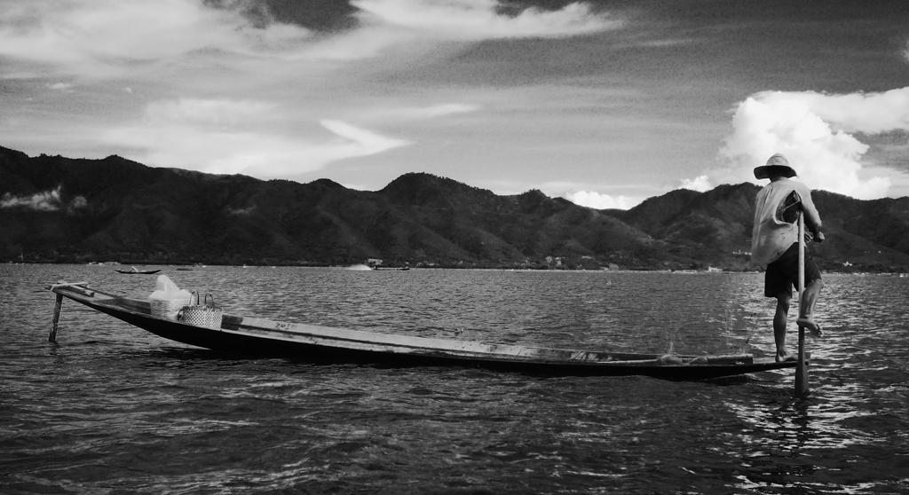 P cheur sur le lac inle birmanie photos noir et blanc - Sejour noir et blanc ...