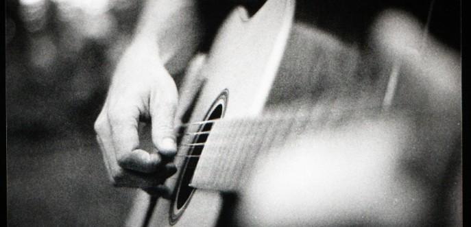 Photo noir et blanc d'un guitariste