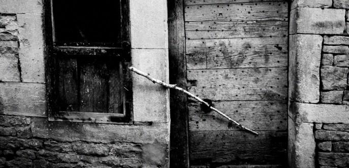 Photo noir et blanc de porte d'une ferme ancienne, Haute-Saône