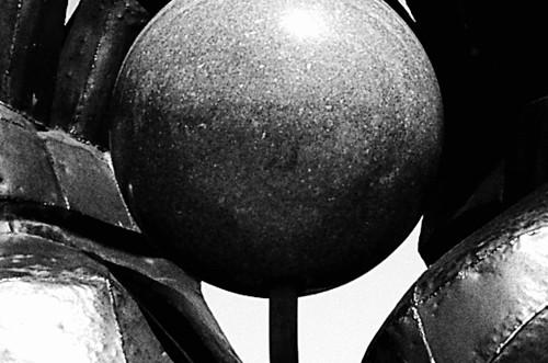 Photo noir et blanc d'une sculpture soviétique de mains, Hongrie