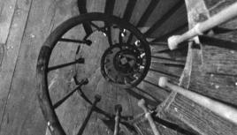 Photo noir et blanc d'une cage d'escalier d'un ancien immeuble, Paris