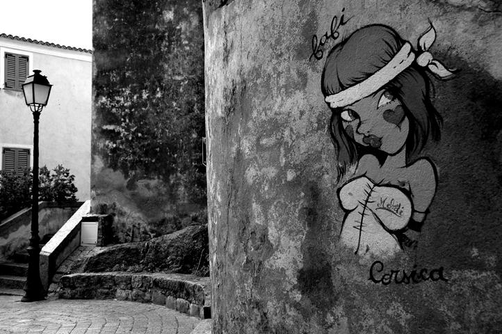 """Photo noir et blanc tag """"Corsica"""" sur les murs du vieu Calvi"""