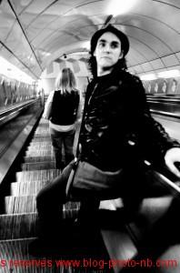 En prenant le métro - escalators de l'Underground, Londres, Angleterre