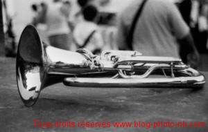 Trompette noir et blanc, après la fanfare - Isle sur la Sorgue