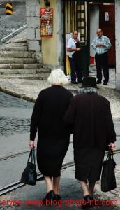 Vieilles femmes sortant de la messe, Lisbonne - Portugal
