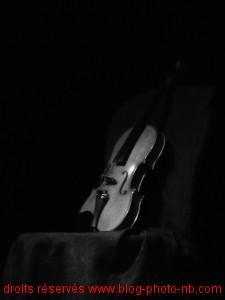 Violon sur une chaise, en attente de sa violoniste