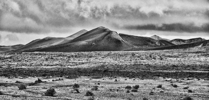Photo noir et blanc des volcans du parc national de Timanfaya sur l'île de Lanzarote - Canaries