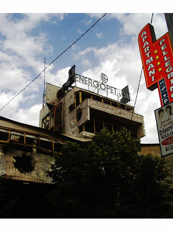 Centre ville de Mostar en Bosnie Herzégovine. A deux pas du très touristique centre historique, les stigmates de la guerre sont encore bien vivants, mais la vie a repris le dessus.
